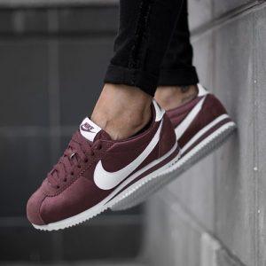 Nike Cortez en color rojo oscuro