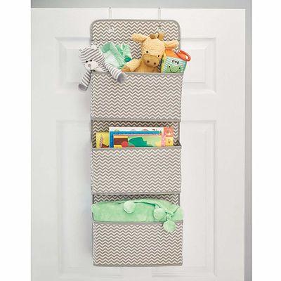 Este zapatero colgante infantil es de tela y se puede colgar detrás de la puerta para ahorrar espacio