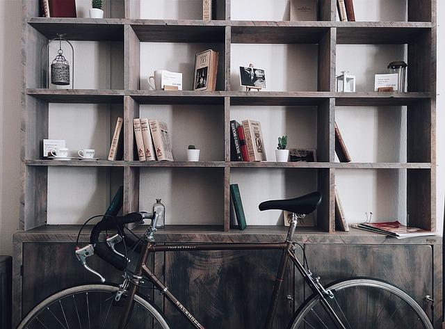 Utilizando cajas para guardar zapatos puedes aprovechar el espacio de tus estanterías