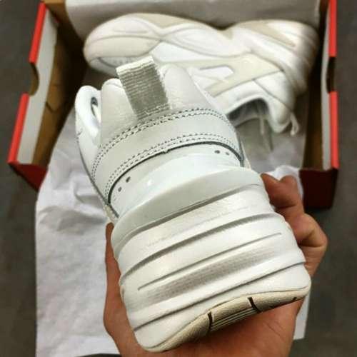Nike m2k tekno blanco y gris parte del talón